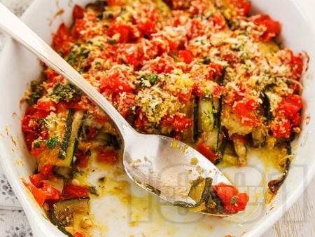 Гювеч от тиквички с доматен сос, бекон и пармезан на фурна - снимка на рецептата